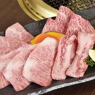 それぞれ肉質の違うカルビ4種類を食べ比べて楽しめる魅惑の一品。大トロカルビ、三角バラのカルビ、かいのみ、ささみ中落ちカルビなど、仕入れ状況によって部位は異なりますが、いずれもA4とA5に限定されています。