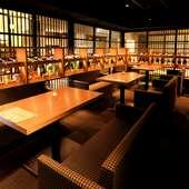 日常を忘れて過ごせる、日本酒に囲まれたモダンな空間