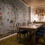 接待向きのゲストに好評なのが、8名まで使えるプライベートルームです。代官山時代よりウエディングも行ってきたレストランだけに、結納や顔合わせに使うゲストも多くいます。