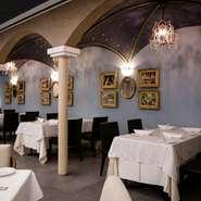 2階には天井が高くエレガントな雰囲気のチャペルもあり、レストランウェディングは1年ほど先まで予約で埋まるほど人気ぶり。厨房から届く、植竹氏渾身の料理が二人の門出を祝ってくれます。