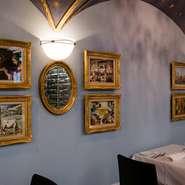 カトラリーは代官山時代から「ジノリ」を使用し、個室にある水差しは移転オープンを祝して、イタリア本社から送られてきたもの。フィレンツェ美術館のレプリカの絵画を飾るなど、店内は優雅な雰囲気が漂います。