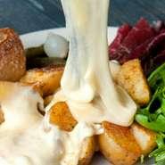 スイスの郷土料理!自家製のベーコンやポテトにトロトロのチーズをたっぷりとかけてお召し上がりいただきます。