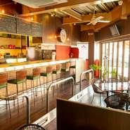 カウンター8席と5テーブルを用意する店内は、カジュアルかつおしゃれな憩いの空間。可愛らしいトーンで統一した内装が、初めてのお客さまも優しく出迎えてくれます。