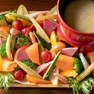 旬の食材がお皿を彩る『バーニャカウダ』は、たっぷりのボリュームが嬉しいひと品。まろやかな自家製ソースに野菜をディップして、みんなでわいわい楽しめます。