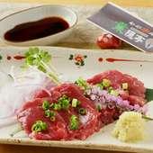 串揚げの前菜にぴったり。赤身がおいしい新鮮『馬刺し』
