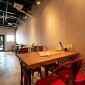 カジュアルかつお洒落な憩いの空間。バル感覚で寿司を満喫