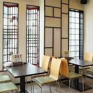 一般的な韓国料理店のイメージとは異なる、明るくモダンな内装で統一された店内。カフェのように気軽にくつろげる雰囲気で、テーブル席を組み合わせれば、12名までのグループにも対応可能です。