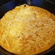 濃厚な旨みが凝縮したハンバーグに、北海道産「花畑牧場」のラクレットチーズをトッピング。トロトロに溶けたコクのあるラクレットチーズと、肉汁あふれるハンバーグが口の中で絶妙のハーモニーを奏でます。