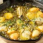 グツグツと煮えたぎったまま目の前に運ばれるため、時間が経っても熱々のまま。広島産の牡蠣は大ぶりでジューシーかつクリーミー、丸ごと入ったニンニクはホクホクの食感で、お酒との相性も抜群です。