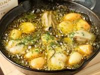 大ぶりのクリーミーな牡蠣が食べ応えのある『ゴロゴロニンニクと牡蠣のアヒージョ』