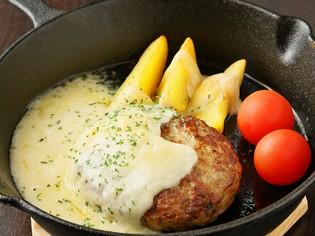とろけるチーズが絶妙の『グリルハンバーグとラクレットチーズ』
