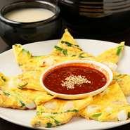 日本でも親しまれる韓国料理の代表格。海老やイカなどの具材をたっぷり混ぜた生地を、ふわっと柔らかく焼き上げました。独自に調味料を配合した自家製のタレが美味しさを引き立てます。