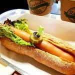 とろーり、ホットドッグの上にチーズたっぷり! みんな大好きな人気メニューです!!