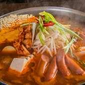 こだわりの南洲金豚やキムチなど多種にわたる具材が辛味スープと絡み合い更なる旨味を作り出す『ブデチゲ』