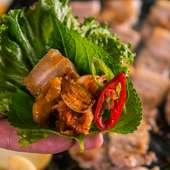鹿児産の銘柄黒豚の肉を使用。3種の異なる銘柄豚と豚トロ肉から好みのお肉を選んで食す『サムギョプサル』