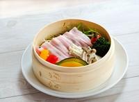 鹿児島のブランド豚「茶美豚」と、季節のお野菜を蒸し上げました。人気のセイロです。