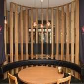開放的でありながらもプライベート感溢れるテーブル席