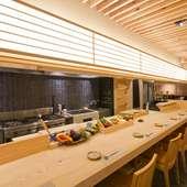 有名デザイナーが手掛けた、自慢のオープンキッチンカウンター席