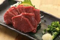 非常に柔らかい肉質が特徴の希少部位を、鹿児島県産の甘い醤油でいただく『馬ヒレ刺し』