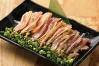 当店のウリの1つでもある軍鶏はコリコリとした食感と軍鶏独自の味がポン酢と絡み合いさっぱりとした味わいで女性にも大人気です。