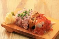 ロール寿司の上にいくら、うに、マグロすきみをシャリが見えない程にこぼしました。 ハーフ 980円