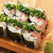 ネギトロをロールいっぱいに使った叶え家名物寿司です。