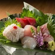 『富士山岡村牛』、『奥浜名湖竜神豚』と県内銘柄肉を使用。浜松をはじめ、遠州地方で盛んに栽培されるお野菜にもこだわり、鮮度のよさが特徴です。魚介は地元にこだわらず日本各地旬のものを提供しています。