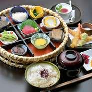 小鉢・お造り・煮物・揚物・茶碗蒸し・生麩田楽・ご飯・お椀・香の物・デザート
