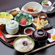 小鉢四種・お造り三種・焼物・揚物・煮物・ご飯・お椀・香の物・デザート