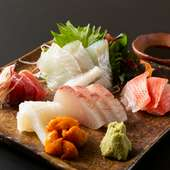毎朝一番で店主が仕入れる、旬の魚介を味わう『お刺身』