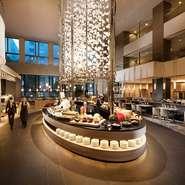 ヒルトン名古屋のロビー階にある「インプレイス3-3」では、朝食、ランチ、ディナー、デザートをビュッフェスタイルで肩肘張らずに楽しめます。家族や友人と、同僚と、またデートやおひとりさま利用も大歓迎!