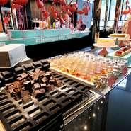 土日祝日限定で開催中のデザートビュッフェから、人気アイテムが数種用意されています。また、ブラウニーやフィナンシェなどペストリーシェフが季節ごとにオススメしてくれるスイーツも見逃せません。