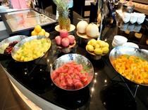 清涼感あふれる季節のフルーツコーナー