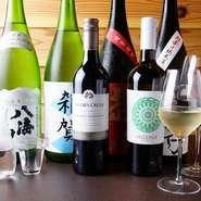 日本酒は、画像の「雑賀(さいか)」など和歌山の地酒と、全国の蔵元から直送。魚に合う辛口を中心に、約10種類をラインナップ。ワインも同様で、寿司に合う国産ワインを中心にセレクトしています。
