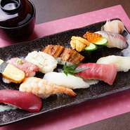 店ではおもに和歌山の加太、田辺、那智勝浦の3箇所から仕入れた魚を使っています。一貫ずつ、いろいろなすしを楽しめて、地物の新鮮さと美味しさを堪能できる盛り合わせです。