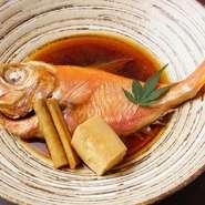 ネタとしても使える新鮮なものを、煮魚にして提供している日替わりメニュー。もちろん、焼いたり蒸したりと、好みの料理をリクエストすることも可能です。画像は日替わりメニューの『金目鯛の煮付け』。