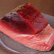 地元和歌山の魚を使えるというメリットを生かし、地物の魚をメインに扱っています。とくにマグロは那智勝浦の本マグロにこだわっているとか。その中でも、美味しさのレベルがすぐわかる赤身で勝負しています。