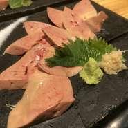 兵庫県の高坂鶏は旨味が強く、無菌鳥なので、生でも食べることができるとか。濃厚でフォアグラのように旨味が強く、白レバーのような味わいです。数量限定の人気メニュー。2~3日前までに予約可能です。