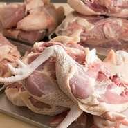 兵庫県のブランド鶏「高坂鶏」をメインで使用。あまり出回っていない希少な鶏です。中でも「もも肉」は旨味が強く、豚バラにも匹敵するほどのジューシーさ。