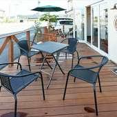 天気の良い日はテラス席がおすすめ。のんびり流れる時間を満喫
