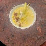 リストランテ・ミヤモトの夏のスペシャリテ。阿蘇の産山村の森さんの育てたフルーツコーンの贅沢なスープ。極めて甘く香りの良いとうもろこしの旨味を味わえる逸品。