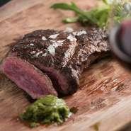 イタリア流ビーフステーキ。阿蘇の北部で悠々と再肥育された、柔らかい肉質の「くまもとあか牛」の経産牛など厳選した熊本産和牛を贅沢にいただけます。
