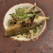 人吉球磨川で育った鮎を丁寧に捌き、新鮮な頭と骨と内臓をうるかのソースに。鮎の身とモロヘイヤを絡めたパスタに、炙った鮎の身を添えて、深みのあるうるかのソースで仕上げる。