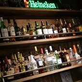 タップから注ぐ生ビールをはじめ、多ジャンルのアルコールが豊富