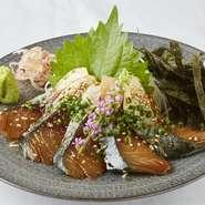 長浜市場の中でも最上級の天然の真鯖を使用しております!玄界灘でとれた天然の真鯖を贅沢にも分厚くカット!感動間違いなしの食感です!県外から福岡を訪れたお客様には必ず味わって頂きたい一品です!
