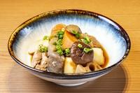 博多の郷土料理。筑前煮とはまた違う九州の甘めの醤油を使ったがめ煮は絶品。がめこんだ(方言で、混ぜ込んだの意)の意味もあります。実は店主の祖母のレシピを引き継いでます。