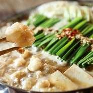 もつ本来の甘みと旨みを味わっていただく為にスープはあっさり上品に仕上げております。前田屋でしか味わくことのできないぷりっぷりのもつをお愉しみください。