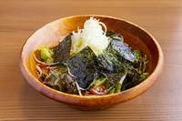 女性に人気の一品!トマトを丸ごと一つ使用。自家製の和風だしに12時間漬け込んで完成です。