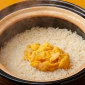 炊き立ての香ばしさが食欲をくすぐる『かまどごはん~雲丹の土鍋ご飯』