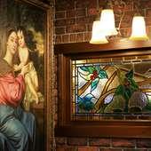 ステンドグラスや絵画など優雅なインテリア
